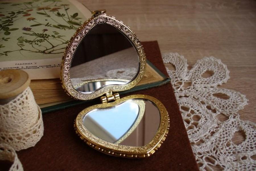 Можно ли дарить зеркало: суеверия и народные приметы